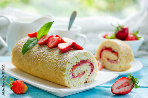 Foto Strawberry cake roll filled with fresh strawberry slices and cream cheese, homem