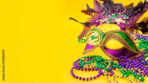 Photo Happy Mardi Gras and Fat Tuesday carnival concept with close up on a face mask f
