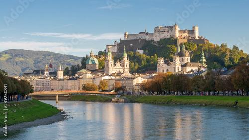 Fototapeta premium Panorama Salzburga w niebieskiej godzinie jesienią, Austria