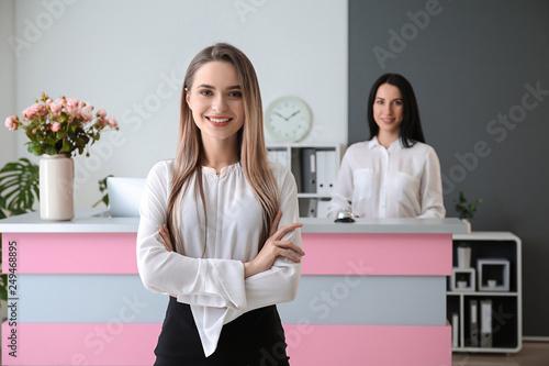 Fotografia Young female receptionist in hotel