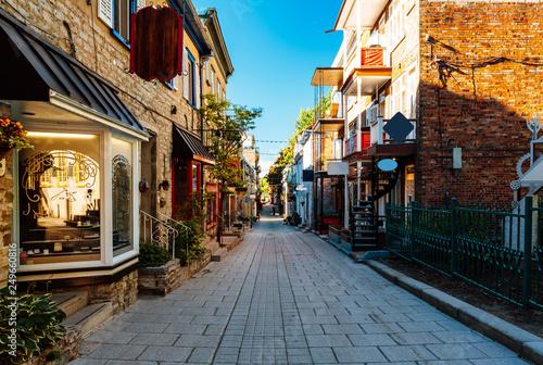 Fototapeta premium Rue du Petit Champlain at Lower Town (Basse-Ville) w Old Quebec City, Quebec, Kanada