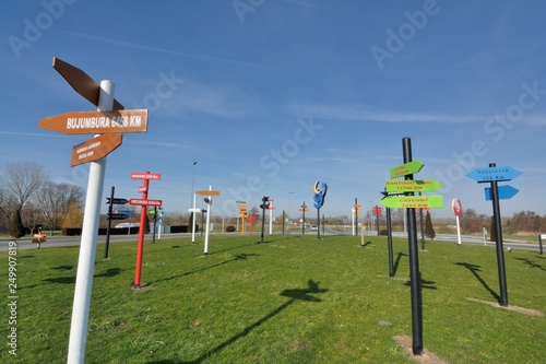 Fotografia Direction signs in wood showing the distance of the main towns of the world