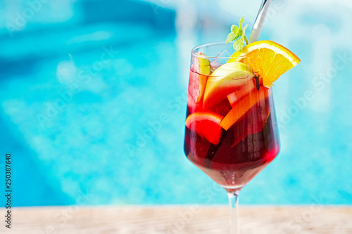 Fotografia Refreshing classic fruit sangria by the pool