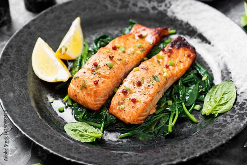 Carta da parati Salmon fillet with spinach .
