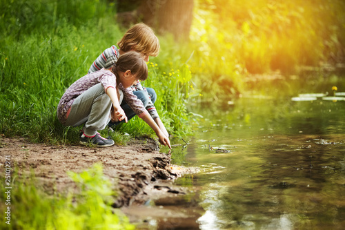 Fotografie, Obraz Children sit near the water