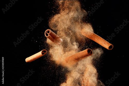 Valokuva Food explosion with cinnamon sticks and powder