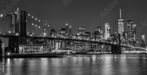 brooklyn bridge at night in black and white Fototapeta