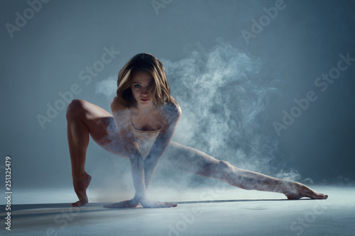 Tableau sur Toile Dancing in cloud concept