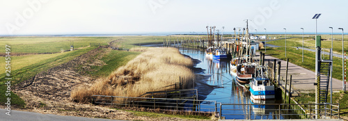 Tablou Canvas Krabbenkutter im idyllischen Kutterhafen an der Nordseeküste, Panorama