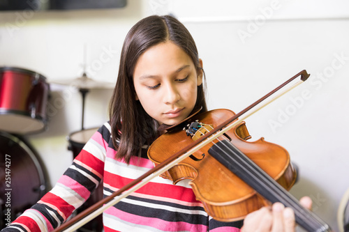 Photo Passionate Girl Learning To Play Violin