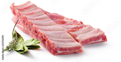 Fototapeta Żeberka wieprzowe. Surowe mięso na białym tle