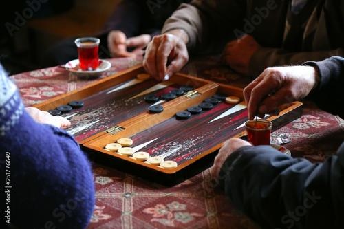 Fotografia people playing backgammon