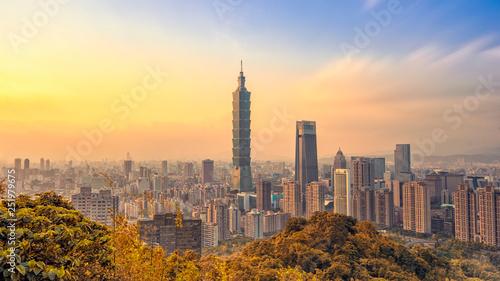 Fototapeta premium Tajpej, Tajwan - 25 stycznia 2019: panorama miasta Tajpej z wieżą 101 o zachodzie słońca
