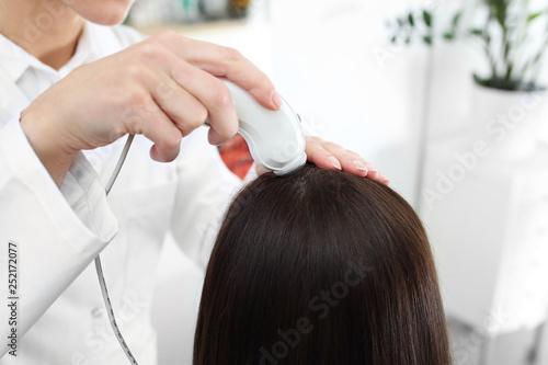 Badanie skóry głowy za pomocą mikrokamery