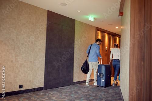 couple at hotel corridor upon arrival at vacation. Fototapeta