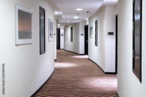 Photo The white Hotels semicircular corridor in UAE