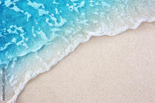 Fotografia Soft blue ocean wave on clean sandy beach