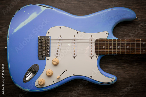 Photo Blue electric guitar against brown wood background