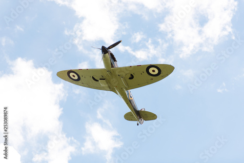 Fotografia Supermarine spitfire plane flys closely during an airshow
