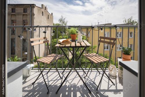 Valokuva City balcony with wooden table