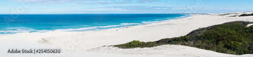 Fotografia De hoop nature reserve white dunes and crystal clear waters of the Indian ocean