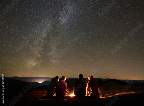 Night summer camping in the mountains Fototapet
