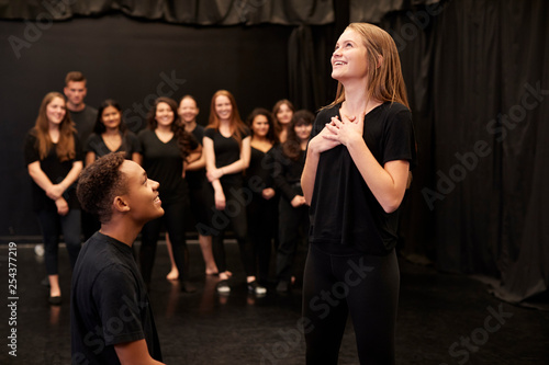 Photographie Male And Female Drama Students At Performing Arts School In Studio Improvisation
