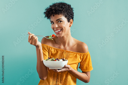 Photo Woman eating salad