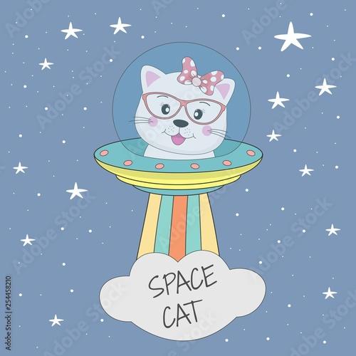 Śliczny kota astronauta w tajemniczym przedmiocie UFO w nocnym niebie.