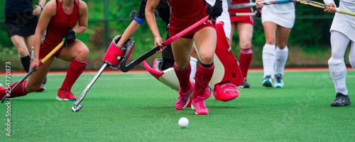 Valokuva Field hockey players challenge eachother for possession of the ball on the midfi