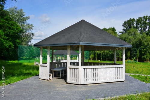 Cuadros en Lienzo Wooden bower, gazebo in parks  - Relax and unwind - Grilling in the bosom of nat