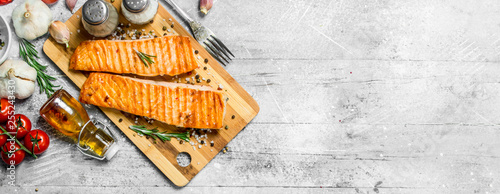 Fotografia Grilled salmon fillet with spices, herbs and tomatoes.