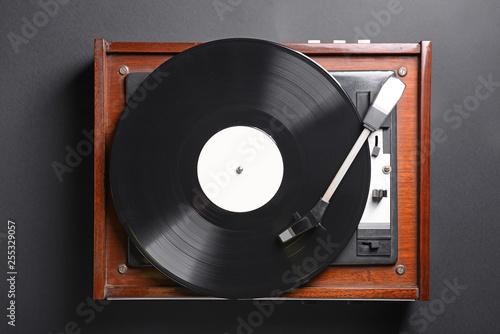 Record player with vinyl disc on dark background Fototapet