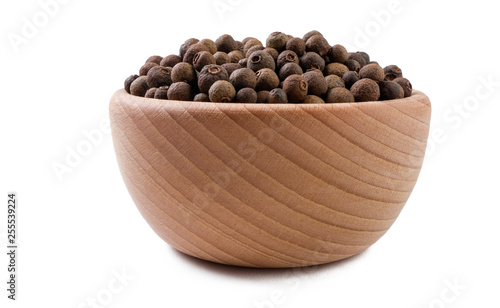 Fotografia allspice or Jamaican pepper in wooden bowl isolated on white background