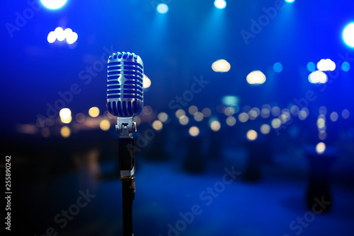 stylish 50s or 60s retro rock microphone on an empty venue stage Fototapet