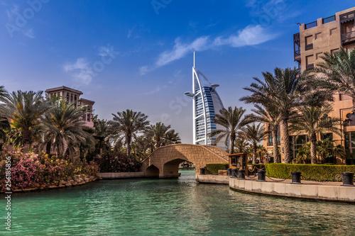 Fotografia Souk Madina mit Burj Al Arab zur blauen Stunde