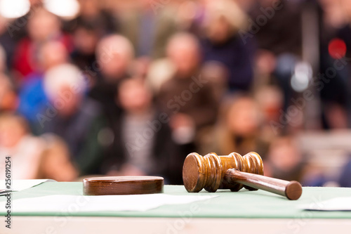Fotografia auction  bid sale judgment and mallet gavel with public