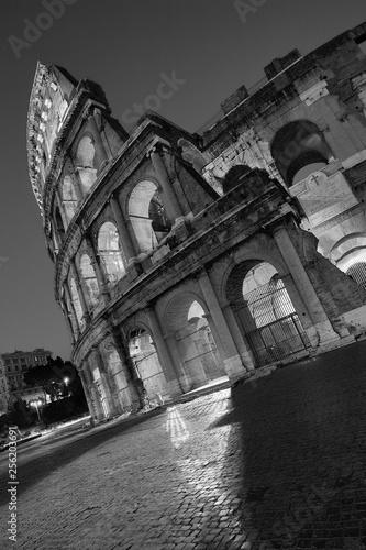 Canvas Print Kolosseum Rom bei Nacht in Schwarz Weiß in schräger perspektive