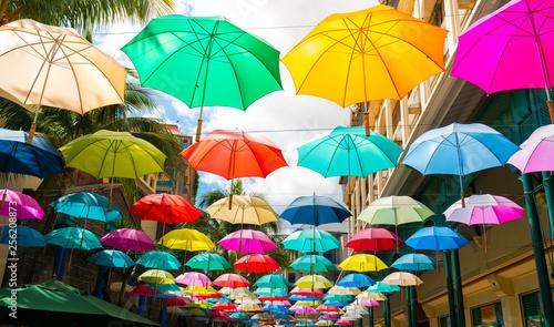 Photo multicolored umbrellas in le caudan waterfront, port louis capital of mauritius