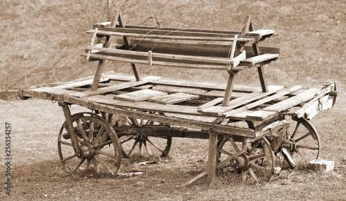 Foto old broken wooden chariot of pioneers