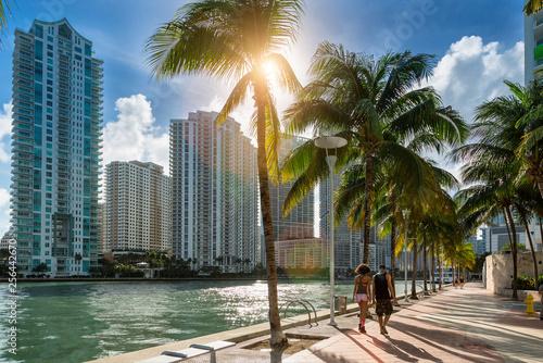 Fototapeta premium Śródmieście Miami, ludzie idący wzdłuż rzeki Miami