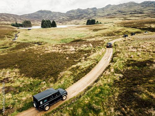 Offroad-Tour mit SUV Geländewagen über raues Gelände mit schöner Landschaft фототапет