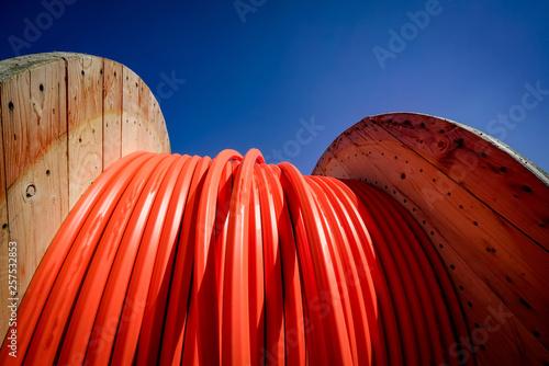 Fotografía Netzausbau - Holzkabeltrommel mit rotem Kabel
