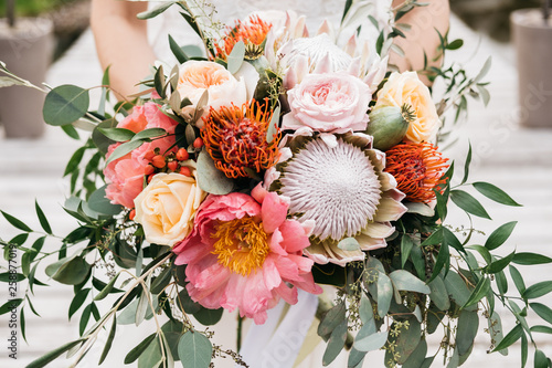 Brautstrauß mit Protea, Rosen modern Fototapete