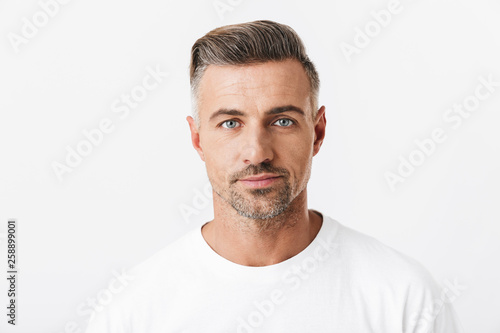 Image of confident man 30s with bristle wearing casual t-shirt posing and lookin Fototapet