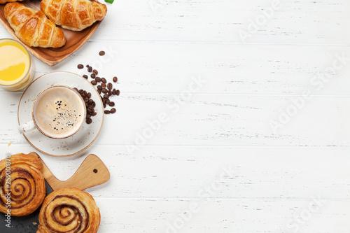 Billede på lærred Coffee, juice and croissants breakfast
