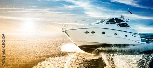 Photo Luxurious motor boat sailing the sea at dawn