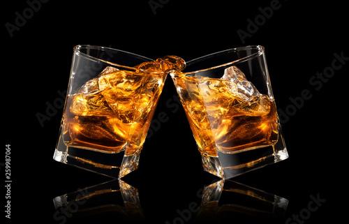 Photo glasses of whiskey making toast