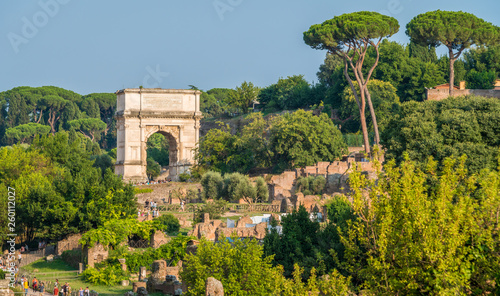 Fotografia Titus Arch in the roman forum on a sunny summer day. Rome, Italy.