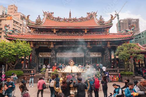 Fototapeta premium Tajwan 28 lutego 2019 r. Mnóstwo ludzi w świątyni buddyjskiej Longshan, charakterystycznej świątyni na Tajwanie.